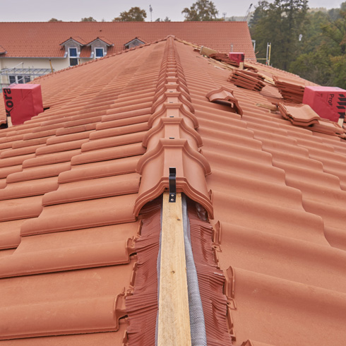 zubeh r f r dachziegel sch tzt steildach bei wind und wetter energie fachberater. Black Bedroom Furniture Sets. Home Design Ideas
